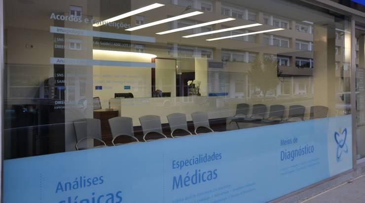 CLÍNICA: Clínicas  por PAULA NOVAIS ARQUITECTOS E DESIGN