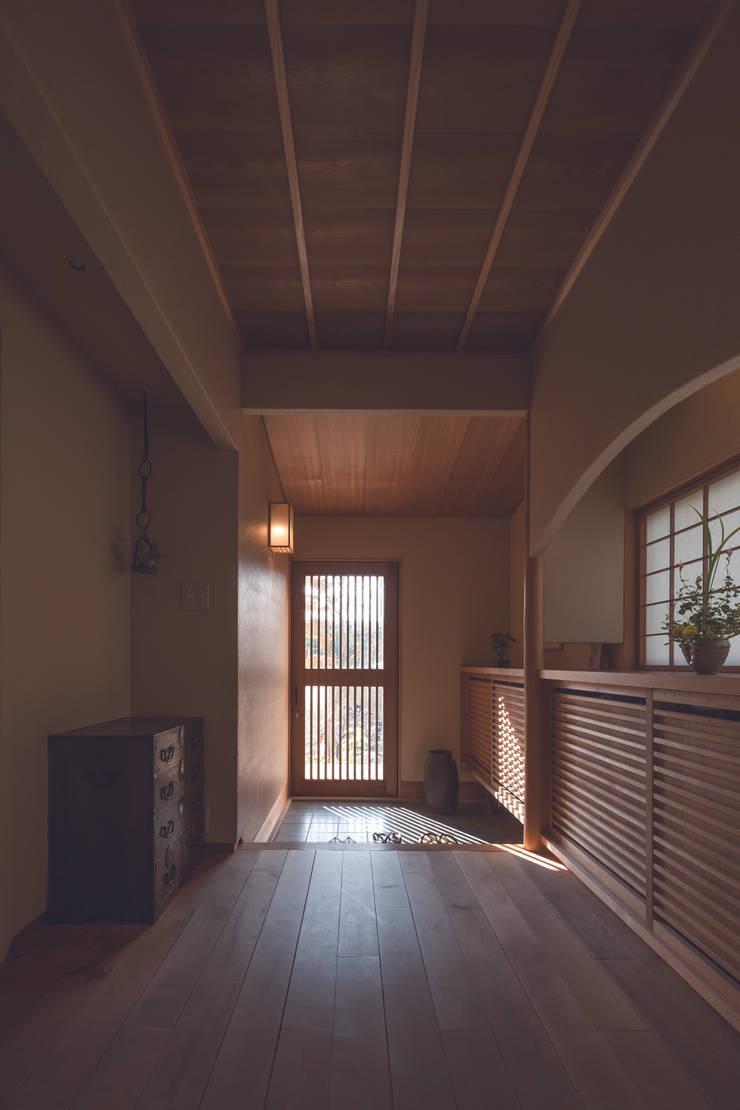 七左の離れ屋: 株式会社 けやき建築設計が手掛けた廊下 & 玄関です。,