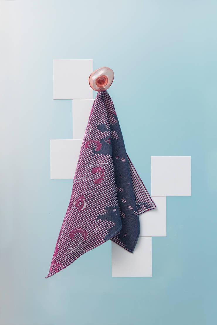 Fungy! Towel N°1 Purple:  Woonkamer door Roos Soetekouw Design