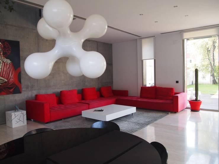 Vivienda unifamiliar en Aravaca: Salones de estilo moderno de Reformmia
