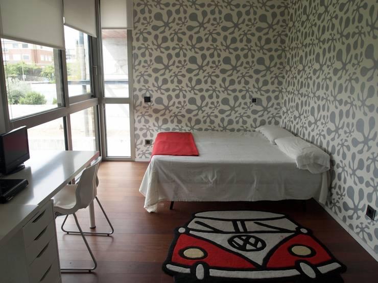 Vivienda unifamiliar en Aravaca: Dormitorios infantiles de estilo moderno de Reformmia