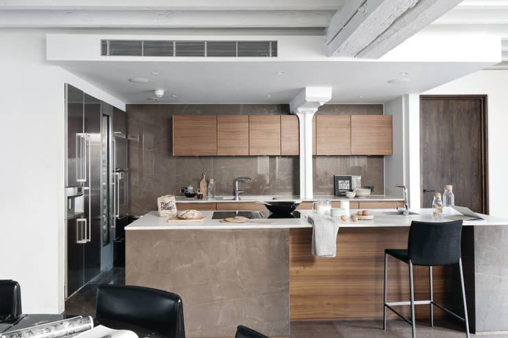TAPESTRY APARTMENT: Cocinas de estilo escandinavo de LUV-Architecture & Design