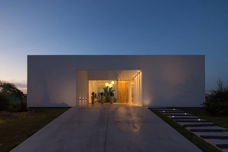 FACHADA SUR DE NOCHE: Casas de estilo  por VISMARACORSI ARQUITECTOS