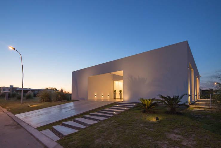 PERSPECTIVA DE FACHADA SUR: Casas de estilo  por VISMARACORSI ARQUITECTOS,