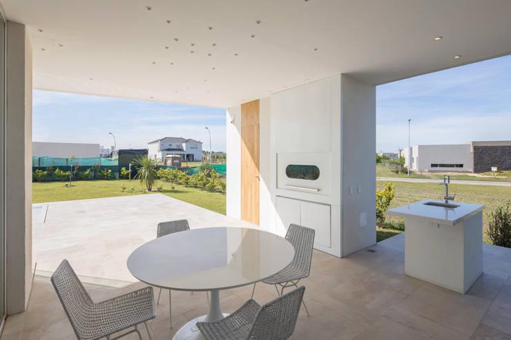 GALERIA: Casas de estilo  por VISMARACORSI ARQUITECTOS