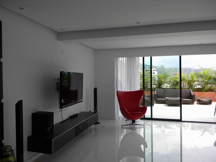 Sala: Salas de entretenimiento de estilo minimalista por BLUE POLYGON C.A.