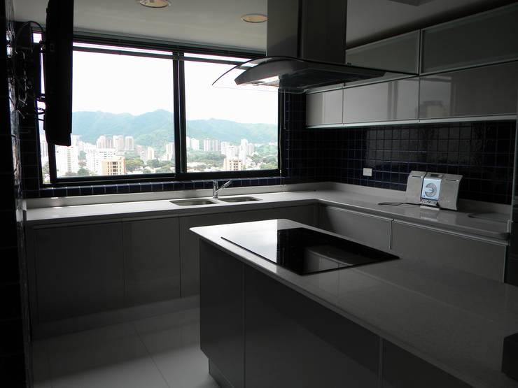 cocina: Cocinas de estilo minimalista por BLUE POLYGON C.A.