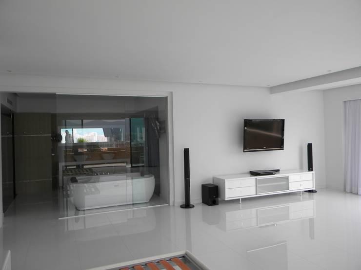 Pent House en Res. Vald'osta: Salas de entretenimiento de estilo minimalista por BLUE POLYGON C.A.