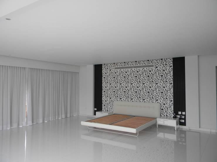 Pent House en Res. Vald'osta: Cuartos de estilo minimalista por BLUE POLYGON C.A.