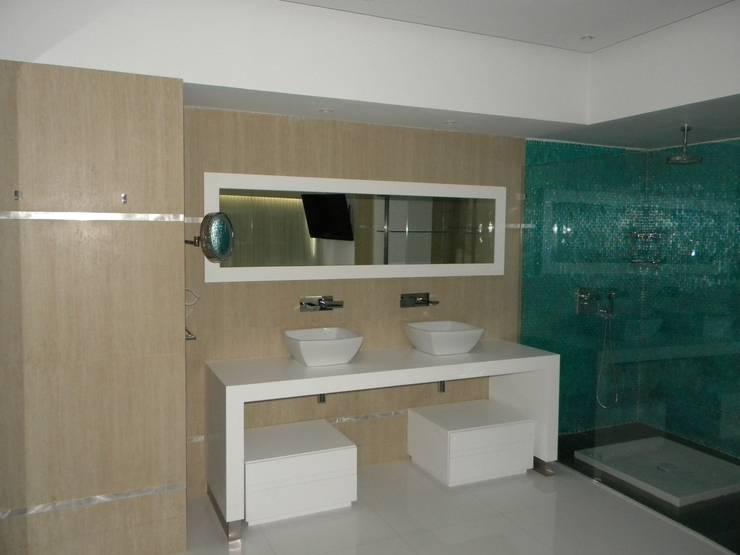 Pent House en Res. Vald'osta: Baños de estilo minimalista por BLUE POLYGON C.A.