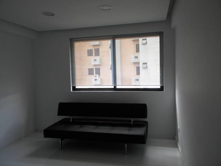 Pent House en Res. Vald'osta: Salas / recibidores de estilo minimalista por BLUE POLYGON C.A.