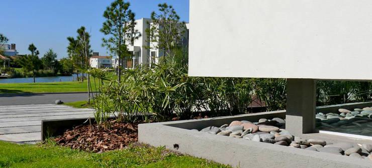 CASA BR – Estudio Fernandez+Mego: Casas de estilo  por Estudio Fernández+Mego