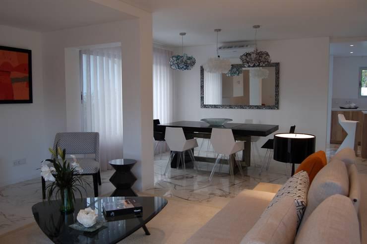 Sala de estar e sala de refeições - Depois:   por Archiultimate, architecture & interior design