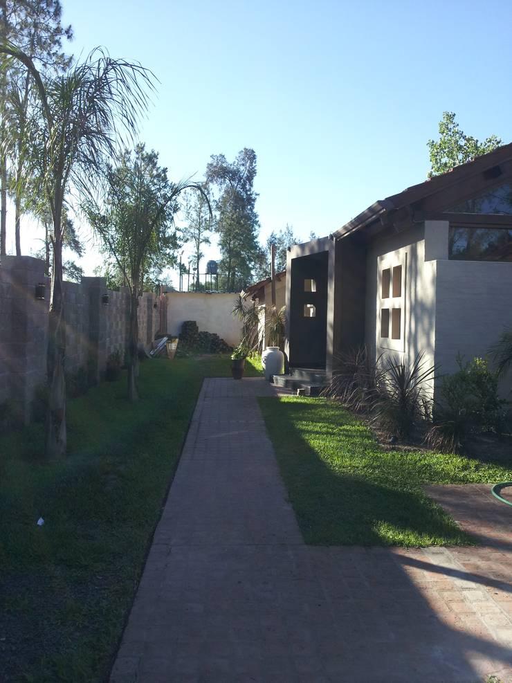 Reforma accesos vivienda.: Casas de estilo  por Arq.Rubén Orlando Sosa