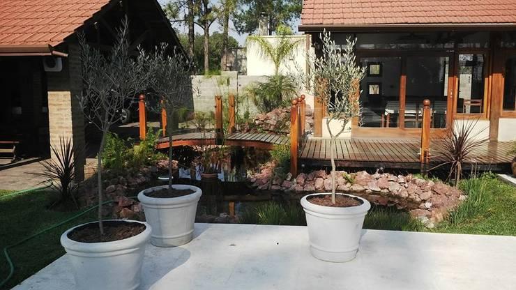 Lago artificial: Jardines de estilo  por Arq.Rubén Orlando Sosa