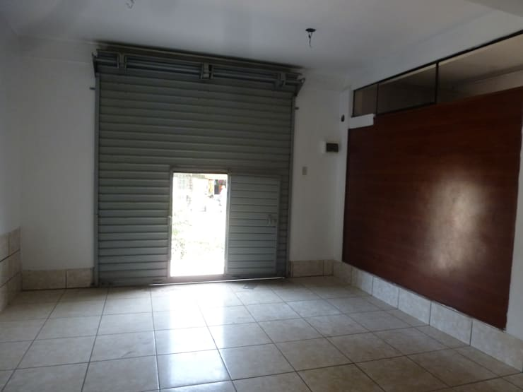 Antes de: Oficinas y Tiendas de estilo  por A3 Interiors