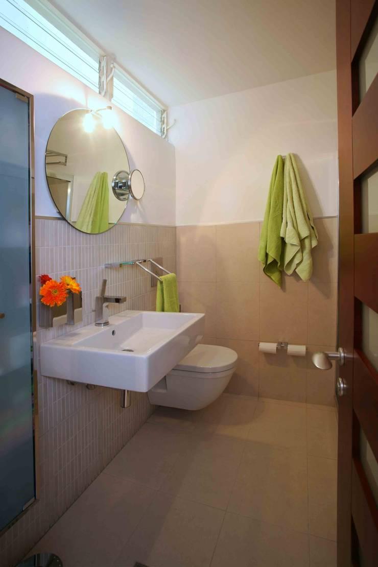 Apartamento 13A: Baños de estilo  por Objetos DAC