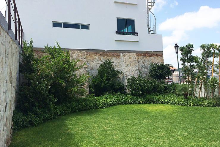 Jardín área común: Jardines de estilo  por Hábitas