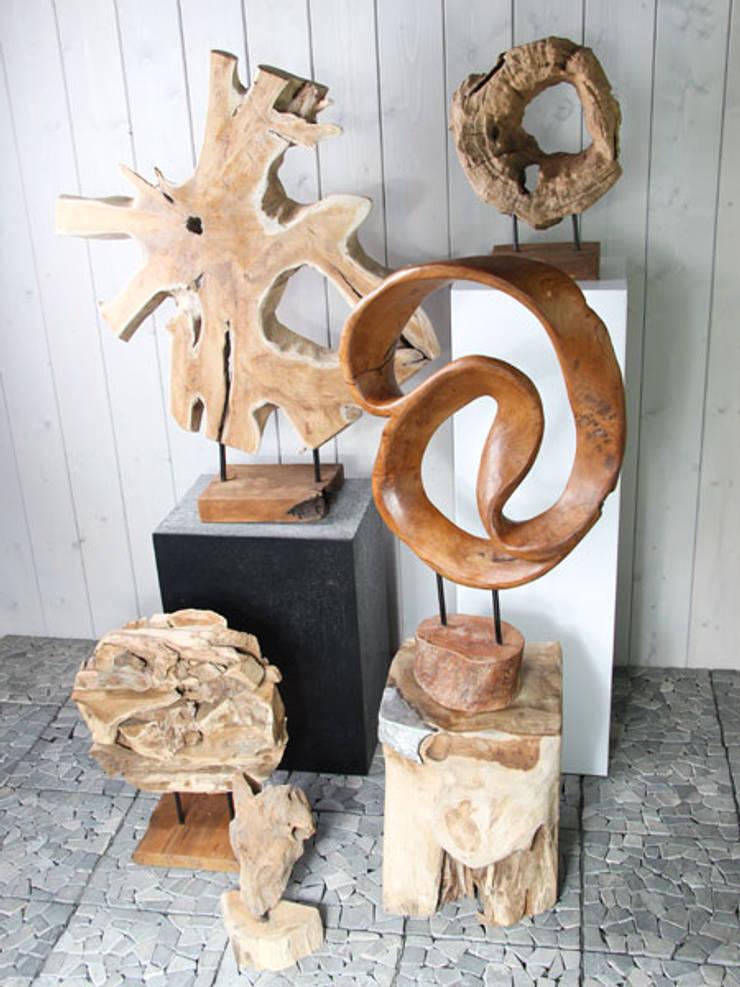 Een variëteit aan houten decoratie.:  Woonkamer door HO-Jeuken