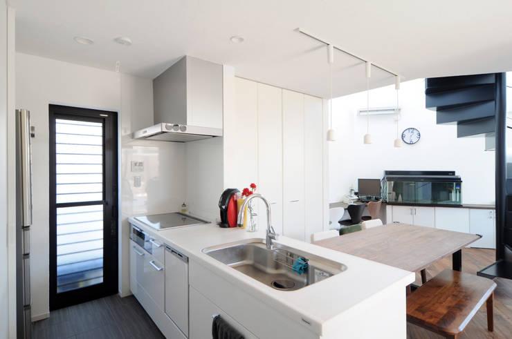 吹抜け螺旋階段の家: 遊友建築工房が手掛けたキッチンです。