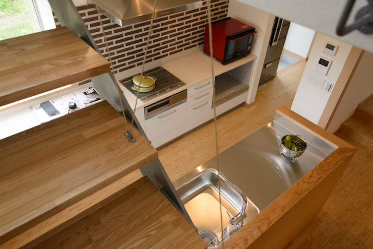 みかんと段々畑: 風景のある家.LLCが手掛けたキッチンです。