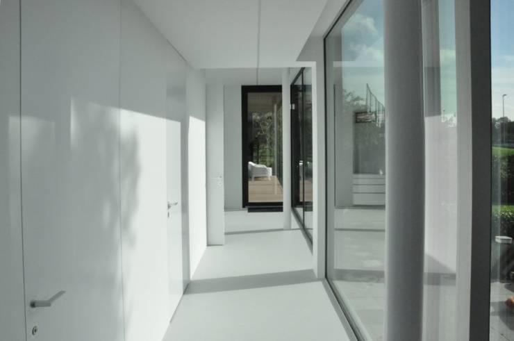 Uitbreiding villa te Sneek:  Gang en hal door AV Architectuur
