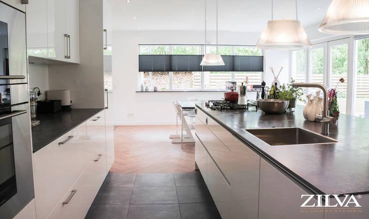 Keuken | betontegels en pvc visgraat vloer: moderne Keuken door Zilva Vloeren