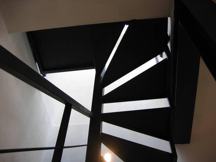 Couloir et hall d'entrée de style  par studiodonizelli, Industriel Fer / Acier