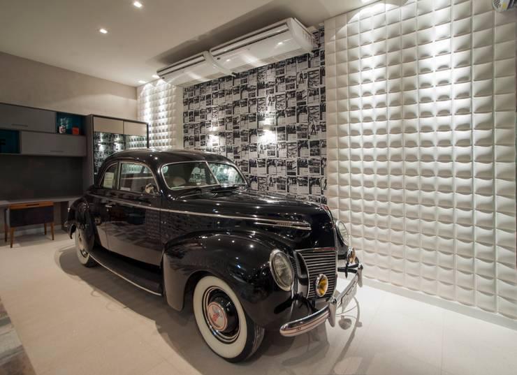 Garagem com lounge: Garagens e edículas modernas por Carolina Mota - Arquitetura, Interiores e Iluminação