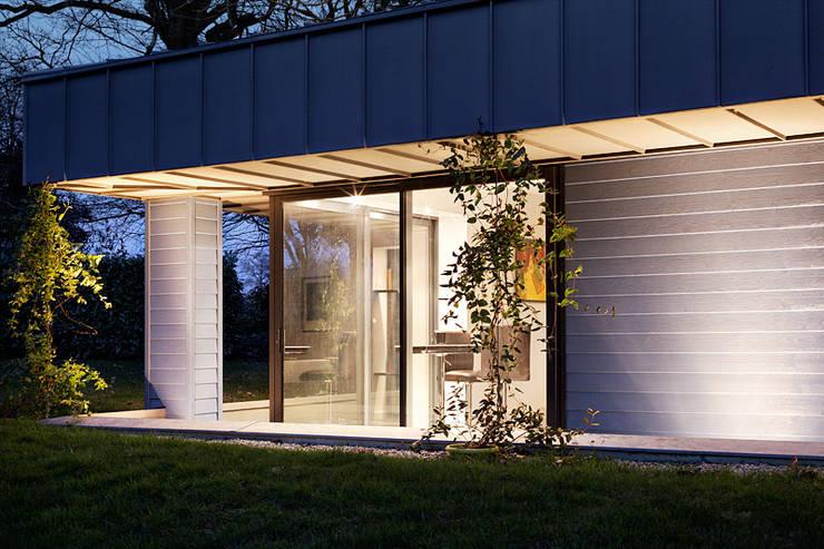 Eclairage extérieur de nuit: Maisons de style  par O2 Concept Architecture