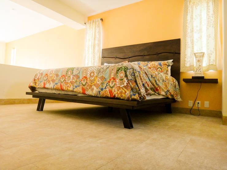 Cabecera y mesas laterales: Recámaras de estilo  por Natureflow®