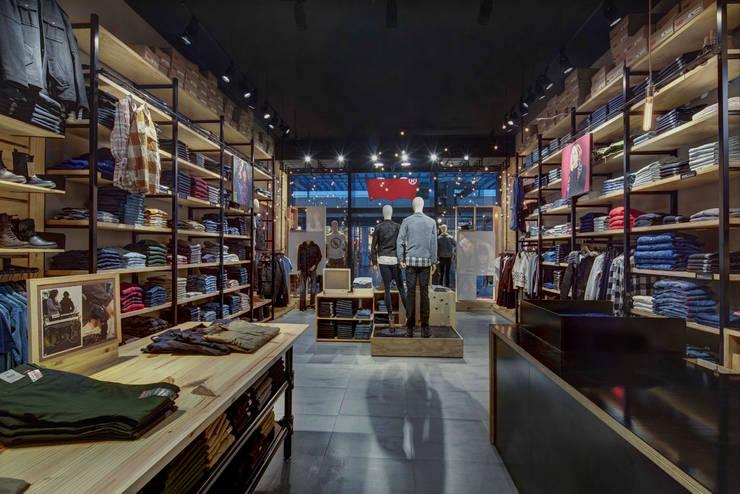 Levi´s - RIMA Arquitectura: Vestidores y closets de estilo  por RIMA Arquitectura