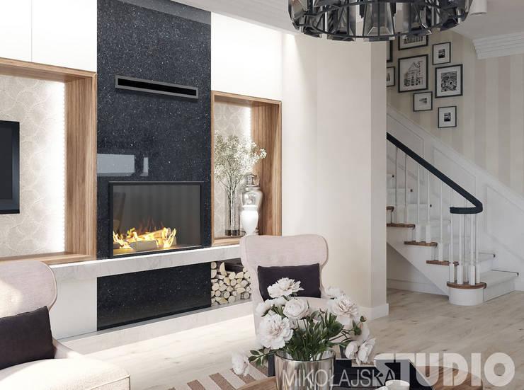 ściana z kominkiem-projekt: styl , w kategorii  zaprojektowany przez MIKOŁAJSKAstudio