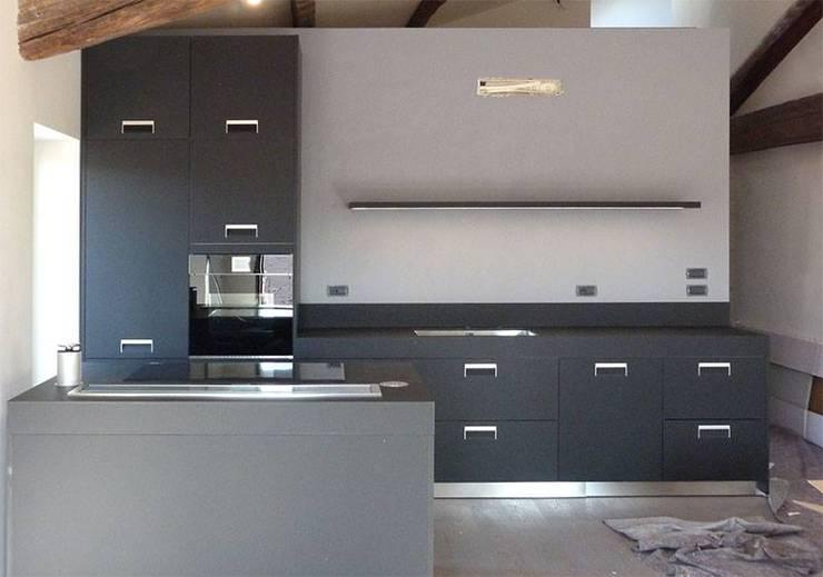 La realizzazione: arclinea modello Italia in fenix nero.: Cucina in stile  di STEFANIA ARREDA