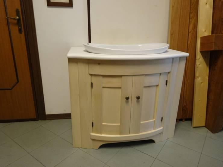 mobile per bagno: Bagno in stile  di Mobili Pellerej di Pellerej Massimo