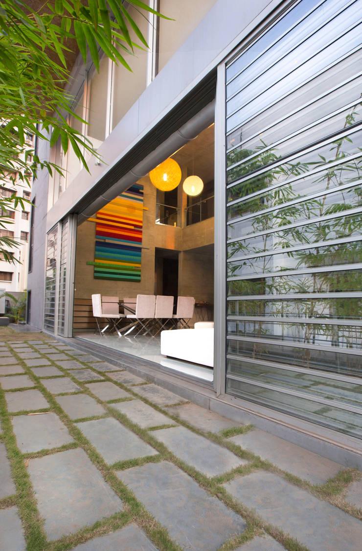 Butterfly House: modern Garden by ESSTEAM