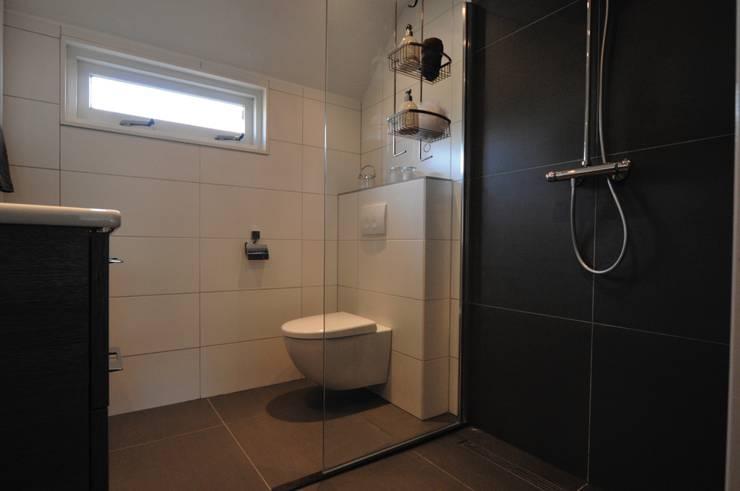 Inbouwtoilet badkamer Heerhugowaard:  Badkamer door AGZ badkamers en sanitair