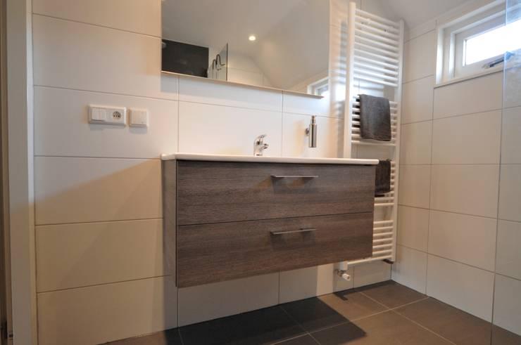 Badmeubel met lades:  Badkamer door AGZ badkamers en sanitair