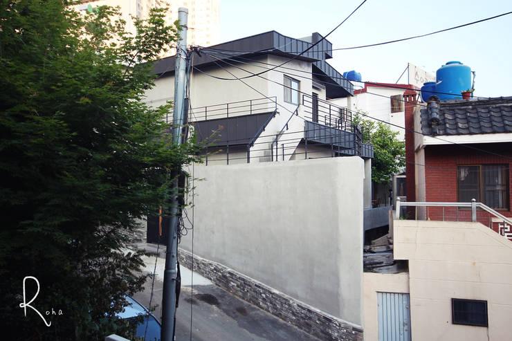 Projekty, minimalistyczne Domy zaprojektowane przez 로하디자인
