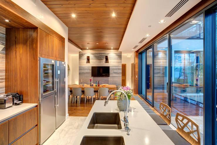 Современный дом у озера: Кухни в . Автор – Дмитрий Кругляк