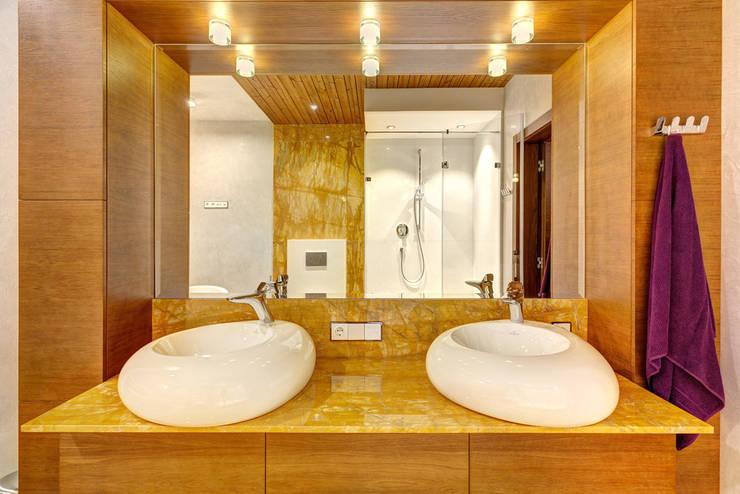 Современный дом у озера: Ванные комнаты в . Автор – Дмитрий Кругляк