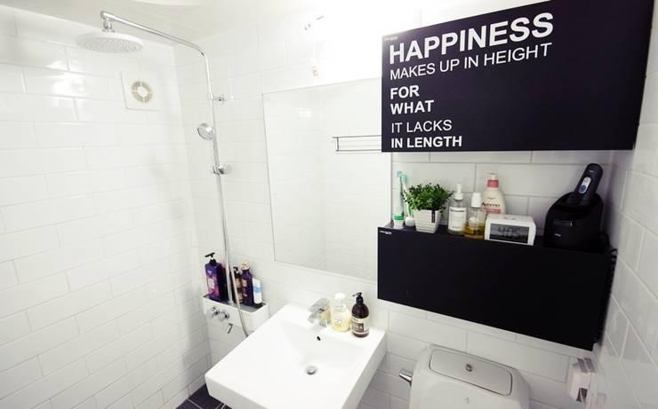 22평 복도식 모던 홈스타일링: homelatte의  욕실