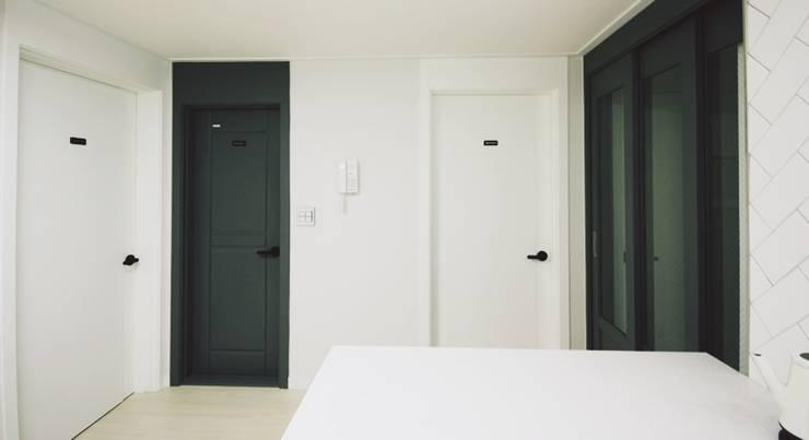 22평 복도식 모던 홈스타일링: homelatte의  거실