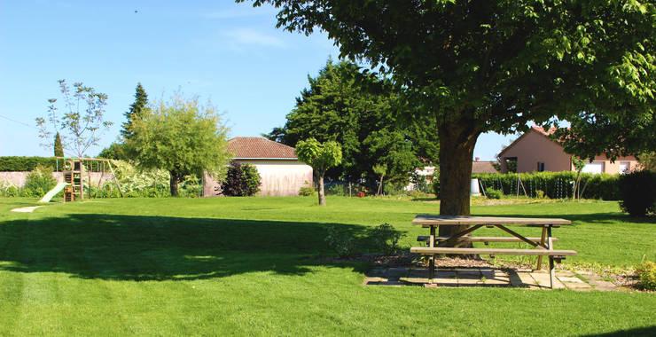 Terrasse sous l'érable Jardin rural par Constans Paysage Rural