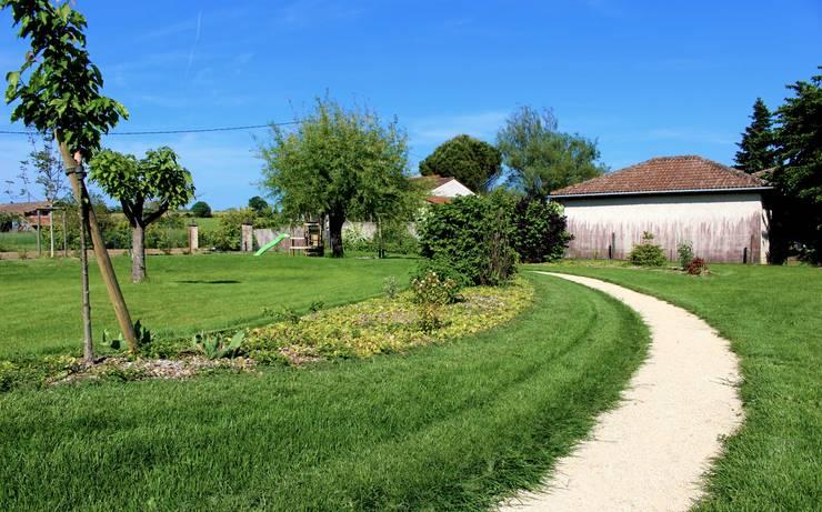 Massif arbustif et fruitiers Jardin rural par Constans Paysage Rural