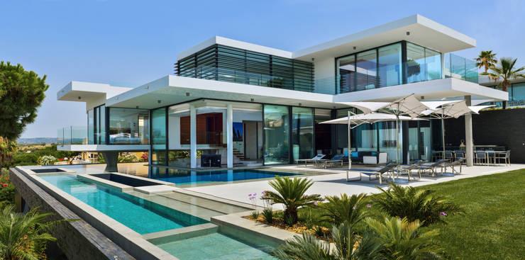 Modern Villa Vale do Lobo: Varanda, marquise e terraço  por Pure Allure Interior