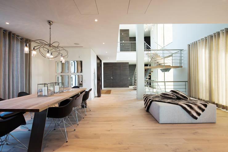 Villa Vale do Lobo : Sala de jantar  por Pure Allure Interior