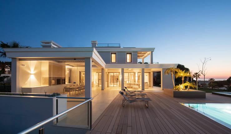 Villa Vale do Lobo : Varanda, marquise e terraço  por Pure Allure Interior