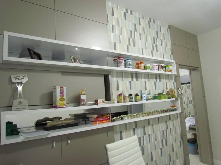 Clínica Opolski: Escritório e loja  por Veridiana Negri Arquitetura,