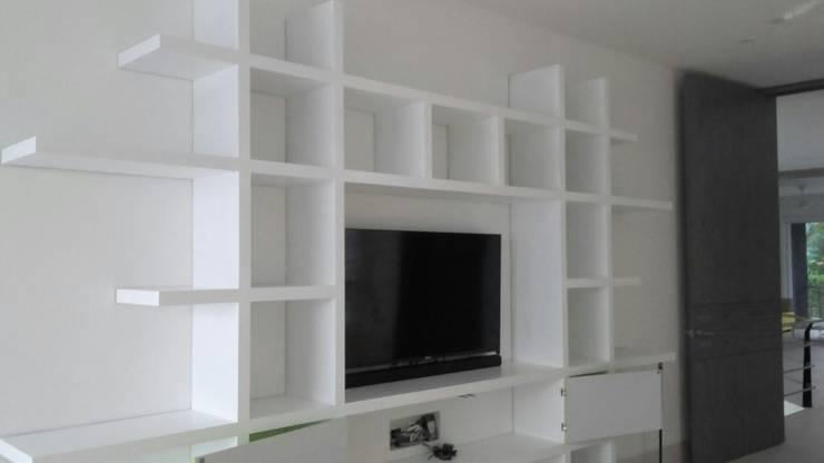 PROYECTO MOBILIARIO. MUEBLES ESPECIALES HOGAR: Estudios y despachos de estilo  por La Carpinteria - Mobiliario Comercial